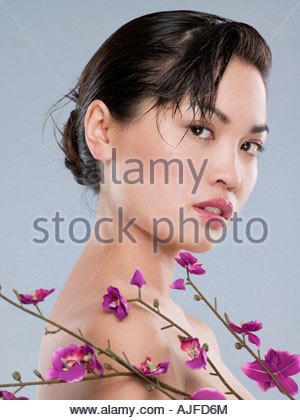 Chinese woman with purple flowers - Stock Image