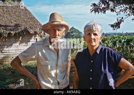 Elderly couple in front of their home in the tobacco fields of Pinar del RÌo Province in western Cuba - Stock Image