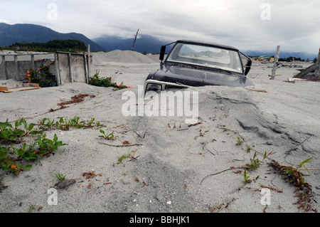 A buried car in the destroyed town of Chaiten after the volcanic eruption - Stock-Bilder