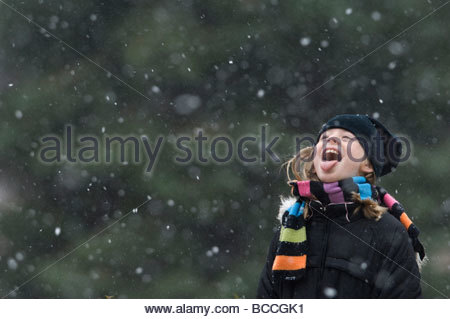 A 10-year-old spends time outside during the seasons first snow. - Stock-Bilder