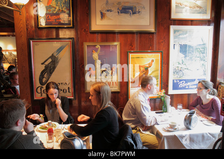 Washington DC Georgetown M Street Clyde's of Georgetown restaurant business man woman couple dining table diners - Stock Image