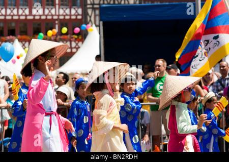 FRANKFURT - JUNE 26. Three young chinese girls cheering at the Parade der Kulturen. June 26, 2010 in Frankfurt, - Stock-Bilder