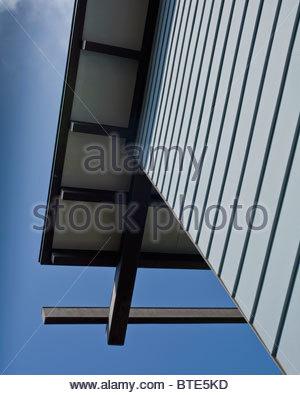 Detail blue sided house against blue sky - Stock-Bilder