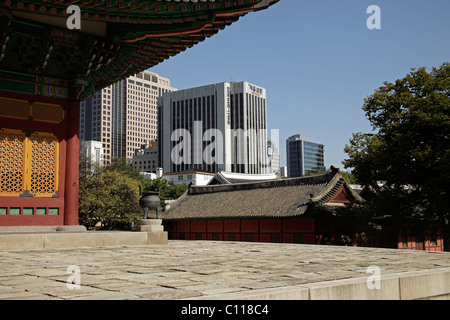 Royal palace Gyeongun-gung, Deoksugung Palace, and modern architecture in the Korean capital city Seoul, South Korea - Stock Image