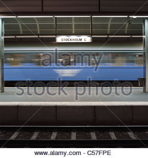 Blurred view of train in train station - Stock Image