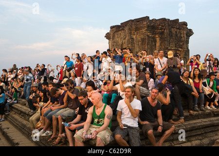 tourists-waiting-for-sunset-at-phnom-bak
