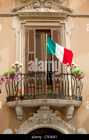Sicily, Italy, Western Europe; Detail of a Baroque facade with the Italian flag in the centre of Trapani - Stock-Bilder