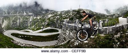Mountain biker on Gotthard Pass - Stock-Bilder
