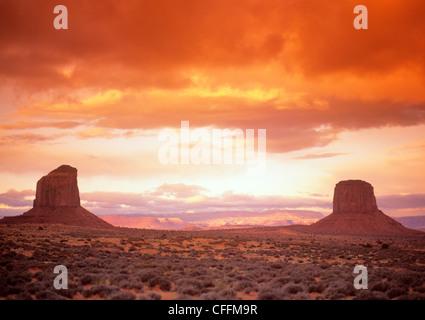 Sunset Over Monument Valley - Stock-Bilder