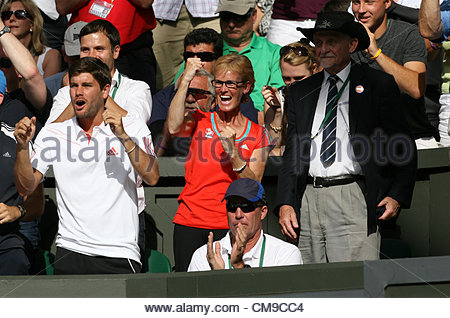 28/06/2012 - Wimbledon (Day 4) - Andy Murray's mother, Judy, celebrates his victory - Photo: Simon Stacpoole - Stock-Bilder