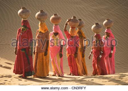 Water bearers, Thar Desert, India - Stock-Bilder