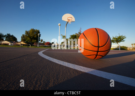 Basketball on an empty court - Stock Image