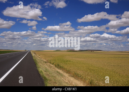 Straight road in central Spain. - Stock-Bilder