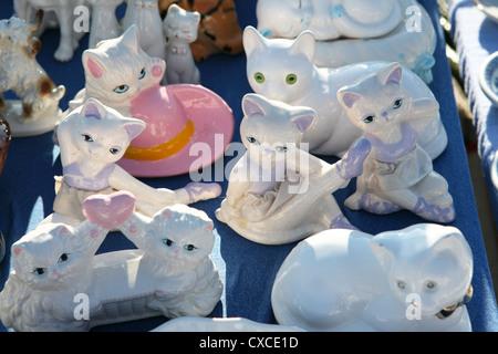 Flohmarkt, Fund, Flohmarktfund, Kitsch, Kitschfiguren, Katzen, Katzenfiguren, kurios, Muenchen, Theresienwiese - Stock-Bilder