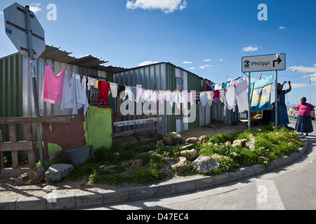 Woman and washing in Philippi township in Cape Town, South Africa. One of the larger slums and home to thousands - Stock-Bilder