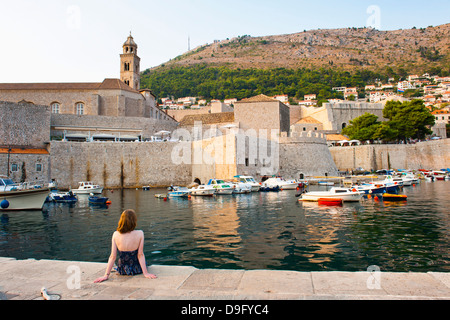 Tourist admiring Dominican Monastery, Dubrovnik Old Town, UNESCO World Heritage Site, Dubrovnik, Dalmatian Coast, - Stock-Bilder