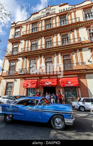 Oldtimer in front of tobacco factory in Havanna, Cuba - Stock Image