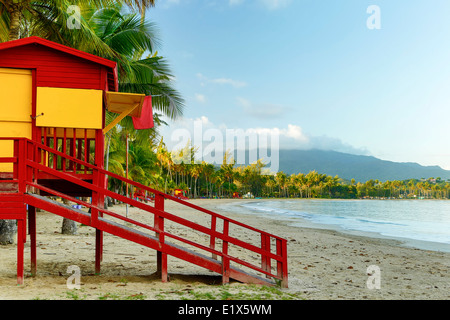 Lifeguard house, Luquillo Public Beach and El Yunque shrouded in clouds, Luquillo, Puerto Rico - Stock Image