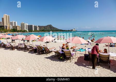 Hawaii Hawaiian Oahu Honolulu Waikiki Beach Pacific Ocean Royal Hawaiian hotel pink umbrellas Diamond Head Crater - Stock Image