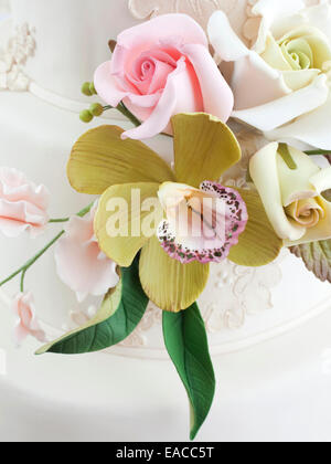 Detail edible flowers made from icing on a wedding cake - Stock Image