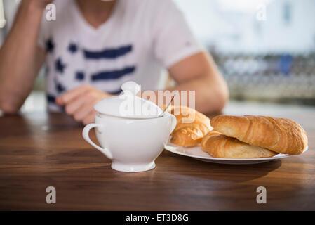 Man sitting at breakfast table, Munich, Bavaria, Germany - Stock-Bilder