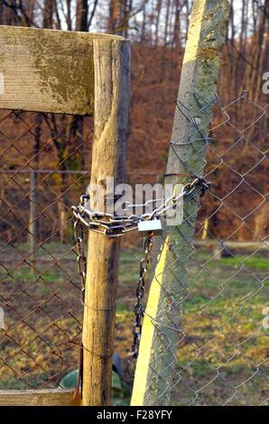 Padlocked door of wire mesh. - Stock Image & Padlocked Door Stock Photos \u0026 Padlocked Door Stock Images - Alamy Pezcame.Com