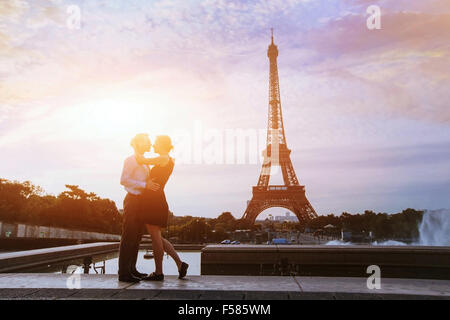 silhouettes of loving couple in Paris - Stock-Bilder
