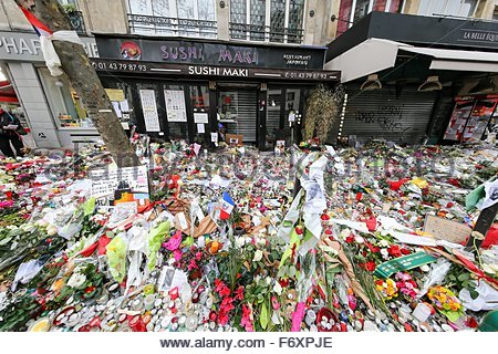 Paris, France. novembre 21st, 2015. FRANCE, Paris: Flowers and candles are shown near La belle Equipe cafe on November - Stock Image
