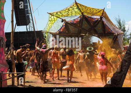 Crowd dancing at electronic music festival at Praia dos Garcez, Bahia, Brazil. - Stock-Bilder