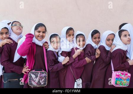 Omani schoolgirls visiting Nizwa Fort in Oman - Stock-Bilder
