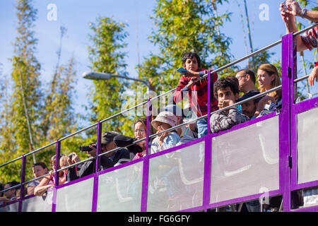 Crowd of people on a double decker bus at the San Diego Zoo in California. - Stock Image