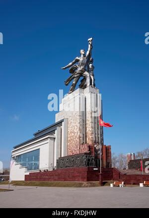 Monument Rabochiy i Kolkhoznitsa (Worker and Kolkhoz Woman) architect Vera Mukhina, landmark, symbol of the Soviet - Stock-Bilder