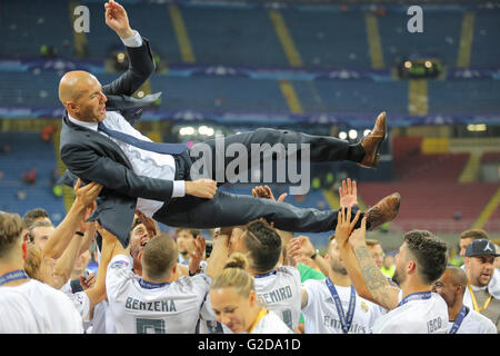 Milan, Italy. 28th May, 2016. Zinedine ZIDANE, Trainer Real Madrid thrown up by his teamChampions League Trophy - Stock Image