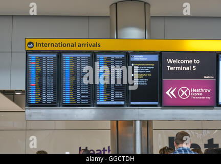 arrivals board at airport,  heathrow arrivals,  airplane arrivals terminal 5 - Stock-Bilder