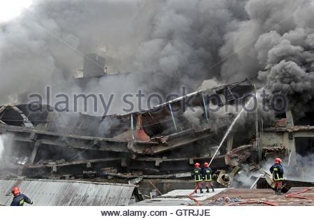 Tongi, Bangladesh. 10th Sep, 2016. Firefighters try to extinguish a fire that killed at least 23 people in Tongi - Stock-Bilder