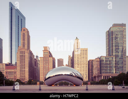 Cloud Gate (the Chicago Bean, the Bean), a public sculpture by Anish Kapoor, in early morning light at Millennium - Stock Image