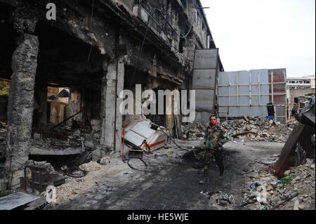 Aleppo, Syria. 17th Dec, 2016. A syrian soldier walks in the old city of Aleppo, Syria, Dec. 17, 2016. © Ammar - Stock-Bilder