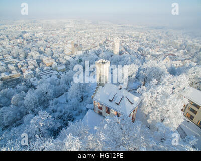 Ravensburg, Germany. 03rd Jan, 2017. Weather. The snow covered Veitsburg (front) standing above the historic old - Stock-Bilder