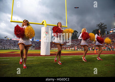 Pasadena, California, USA. 2nd Jan, 2017. Cheerleaders of the USC Trojans in action during a thrilling 52-49 victory - Stock-Bilder