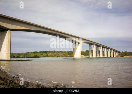 The Orwell Bridge opened to road traffic in 1982 and carries the A14 (then A45) over the River Orwell just south - Stock-Bilder