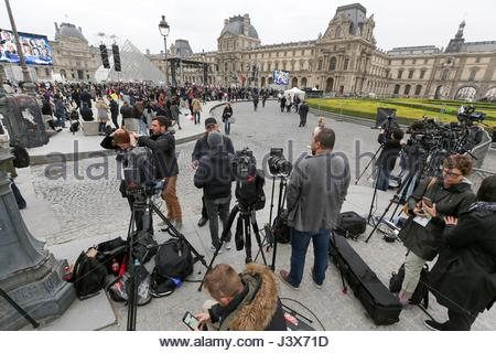 Paris, France. 7th May, 2017. Journalists from around the world await election results at The Louvre on May 7, 2017 - Stock Image