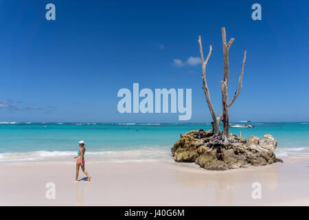 Women with hat, Palm beach, Playa Bavaro, Punta Cana, Dominican Republic, Caribbean - Stock Image