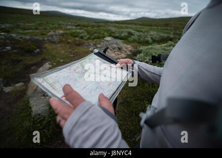 Man holding map - Stock-Bilder