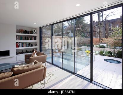 Overall view on ground floor towards garden. Notting Hill House, London, United Kingdom. Architect: Michaelis Boyd - Stock-Bilder