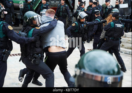 Sant Julia de Ramis, Girona, Spain. 1 October, 2017. The Spanish police charges against the people impeding that - Stock Image