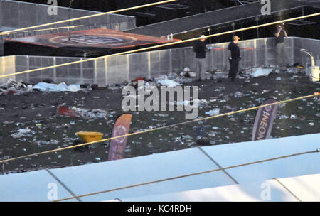 Las Vegas, Nevada, USA. 2nd Oct, 2017. FBI investigators look over the scene of bodies that lay covered up with - Stock Image
