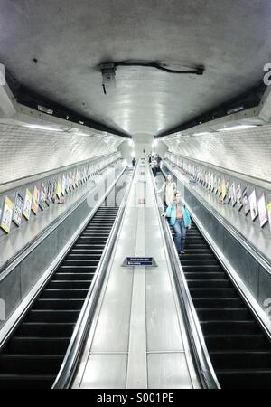 People going down the stairs at Kentish Town Underground - London - Stock-Bilder