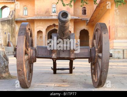 Mughal period muzzle loading iron cannon guarding Nahargarh Fort, Jaipur, Rajasthan, India, 2007 - Stock Image