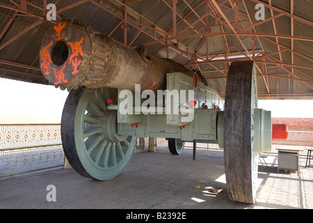 Jai Van Canon Jaighar Fort Jaipur Rajasthan India Supposed to be the largest canon an wheels in the world - Stock Image