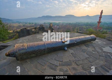Cannon and Chand Minar inside Davagiri Fort in Daulatabad near Aurangabad India - Stock Image